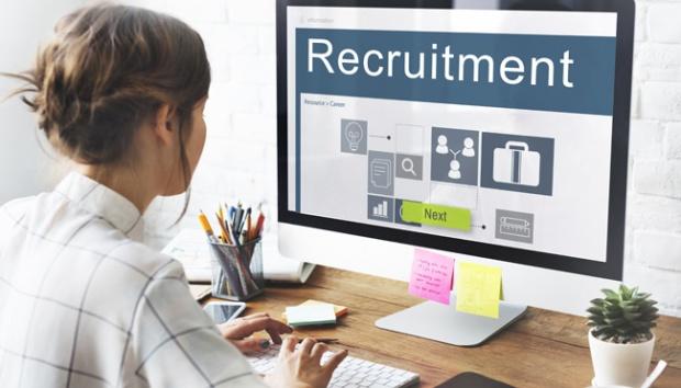 Ilustrasi wanita mencari lowongan kerja. shutterstock.com
