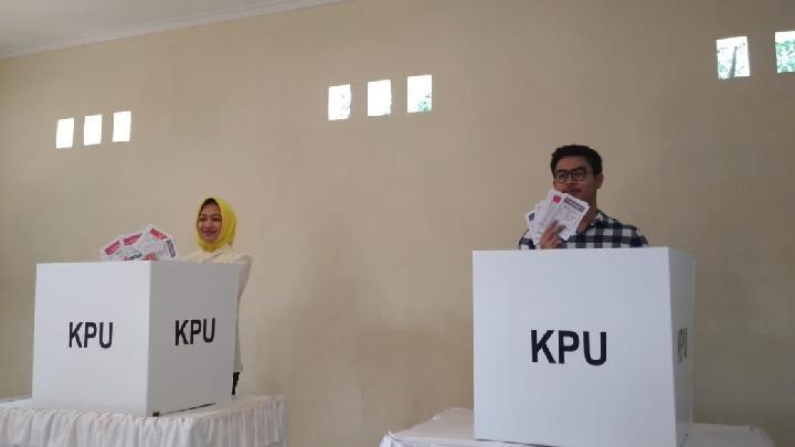 Walikota Tangerang Selatan Airin Rachmi Diany melakukan pencoblosan bersama anak pertamanya TB Ghifari Wardhana di TPS 28 cluster Narada, Alam Sutera, Rabu 17 April 2019. Tempo/Muhammad Kurnianto.