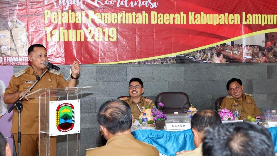 Plt. Bupati Lampung Selatan Nanang Ermanto memberikan arahan dalam rakor bulanan diPemandian Air Panas Way Belerang, Desa Buahberak, Kecamatan Kalianda, Kamis (25/4). FOTO DISKOMINFO LAMPUNG SELATAN
