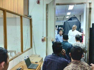 Wakil Ketua DPR RI  Fadli Zon saat memantau ruang server KPU, Jumat (3/5/2019).