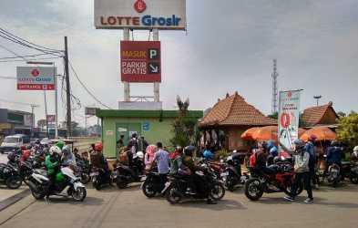 Sejumlah pencari kerja berdatangan ke Lotte Grosir Cikarang Utara karena ada kabar menyebutkan ada bursa kerja (job fair) yang diselenggatakan pada Kamis (20/06) kemarin.