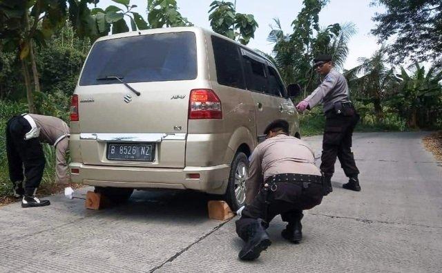 Menengok Kerja Polisi di Tanjakan Ekstrem di Jalur Alternatif Jawa Timur : Okezone News