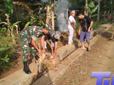 Sambut Lebaran, Babinsa Bersama Warga Kerja Bhakti Bersih Kampung
