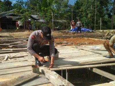 Polsek Belitang Hilir Kerja Bhakti Sosial dan Sumbangkan Material Semen Untuk Pembangunan Masjid